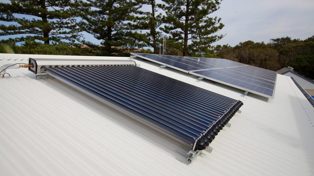 Paneles solares y de agua caliente solar en casa