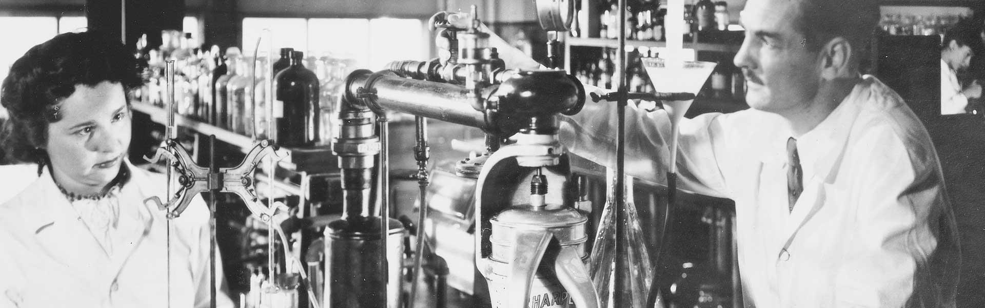 Gertrude Elion i George Hitchings al laboratori l'any 1948